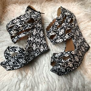 Black and white tribal print platform wedge size 7